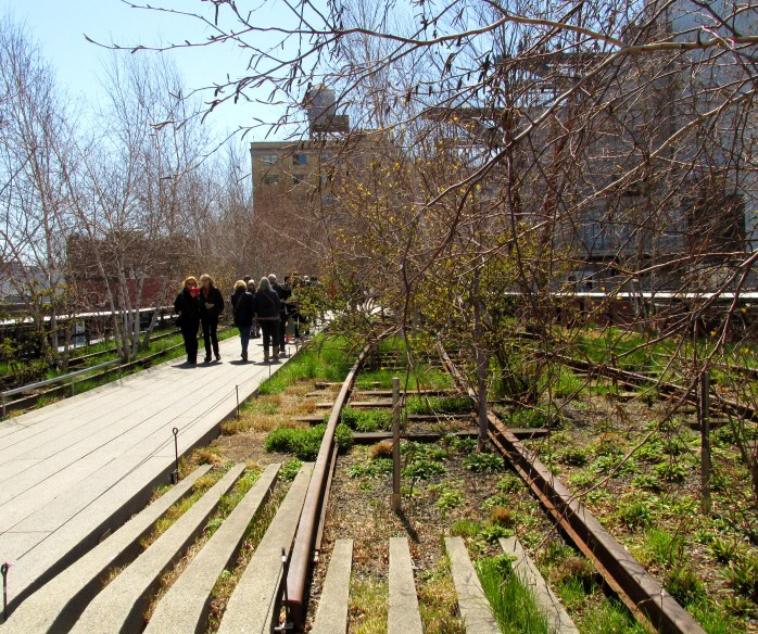 railroadtrackswalkwaypeopleplantingsHighLineNYC10April2016