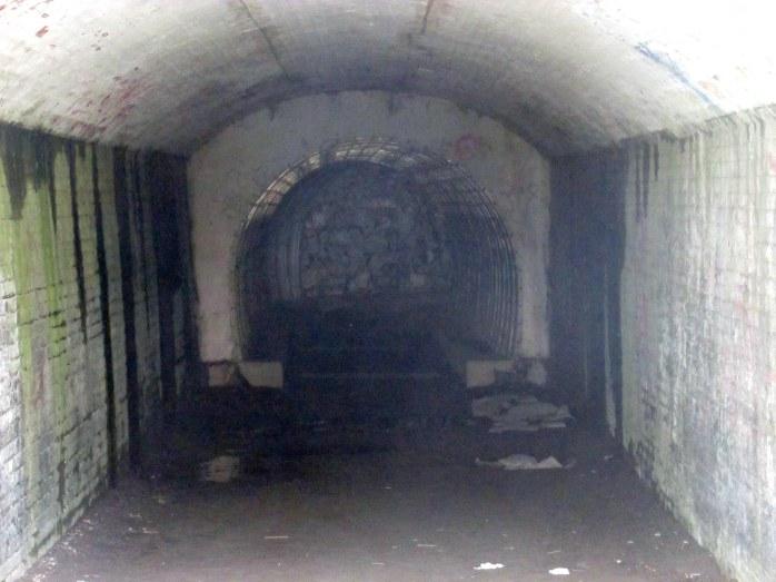 insidetunnelCliffWalkNewportRI9May2017