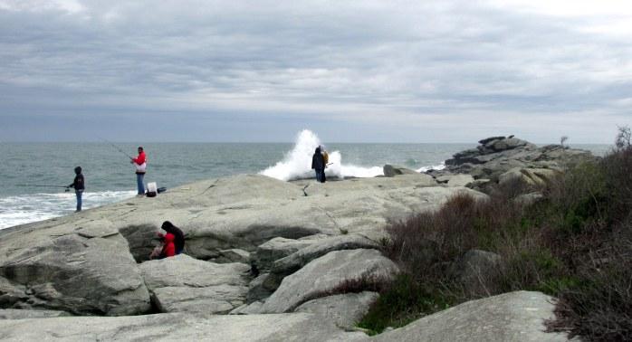 oceanledgewavespeopleSachuestPointNWRMiddletownRI7May2017
