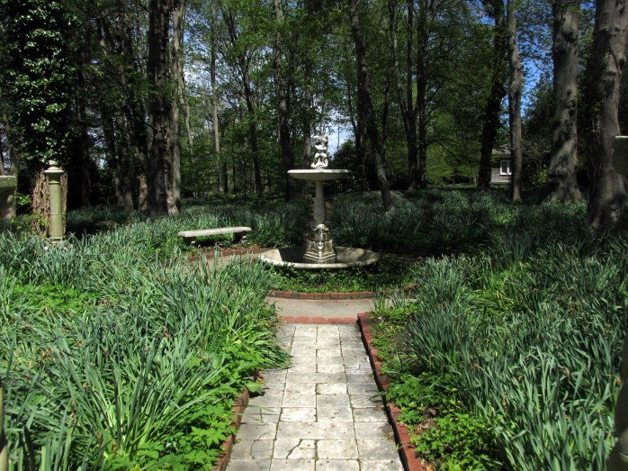 woodlandwalkwayfountainBlithewoldBristolRI7May2017