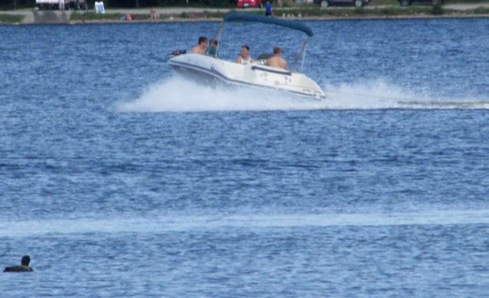 motorboattoonearloonKezarLakeSuttonNH19Aug2017