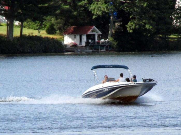 motorboattoonearloonTahoeKezarLakeSuttonNH19Aug2017