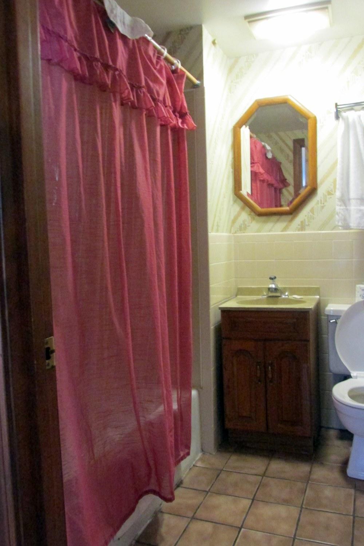 bathroomOldeTavernMotelOrleansCapeCod1Nov2016