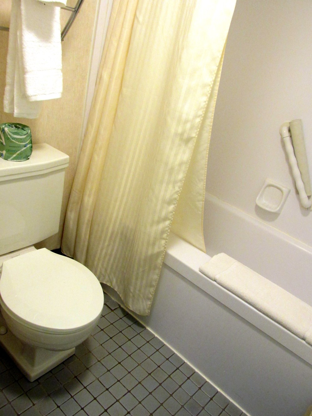 bathroomtoiletshowerMidtownHotelroomBoston28Feb2015
