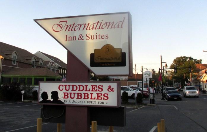 InternationalInnandSuiteshotelCuddlesBubblesjacuzziHyannisCapeCod18June2016