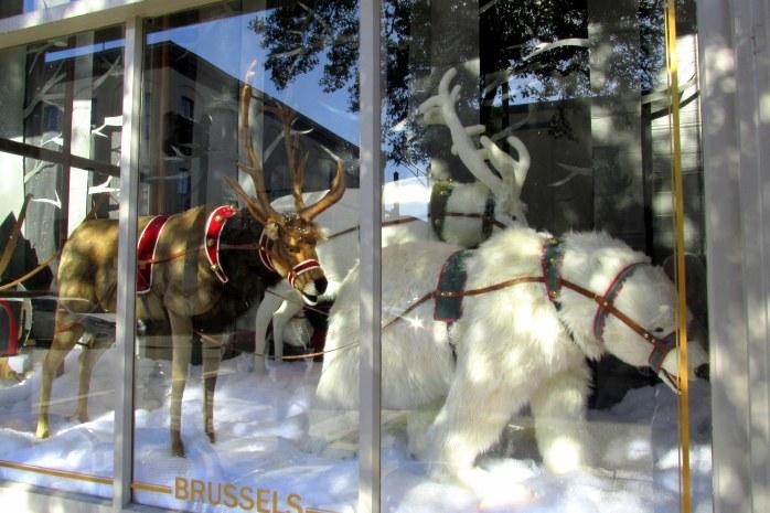 reindeerpolarbearParisMarketdisplaystorewindowSavannahGA17Dec2016