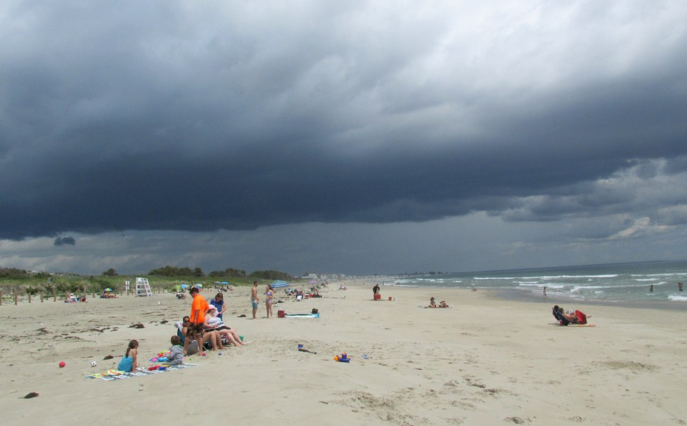 threateningcloudspeopleonbeach1210pmFootbridgeBeachOgtME19June2015