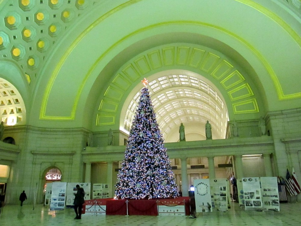 XmastreeornateceilingpublicspacebUnionStationWashingtonDC1Jan2017